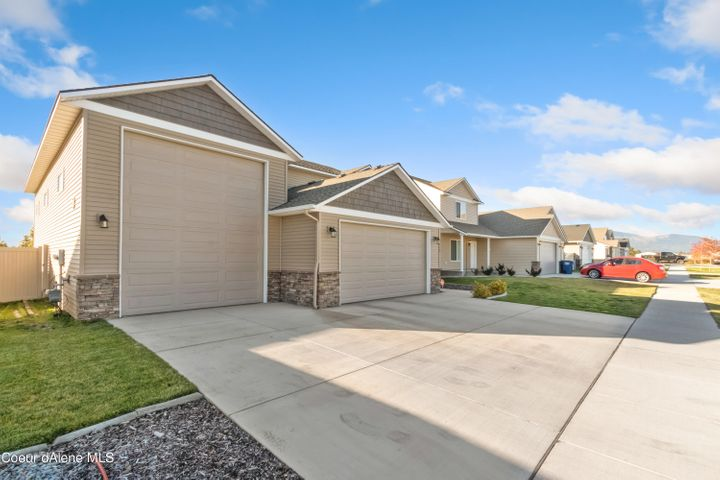With quick access to Hwy 41 and I-90, this home is an easy commute to Spokane or CdA!