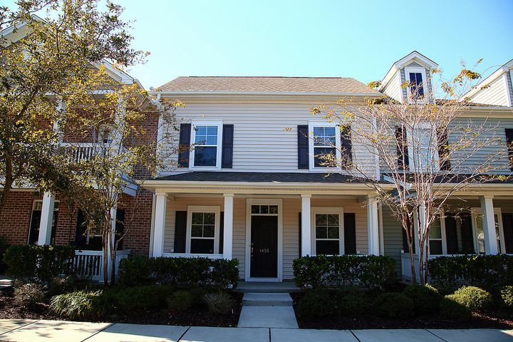 What a beautiful town home in an established well-planned neighborhood! Great LOCATION!