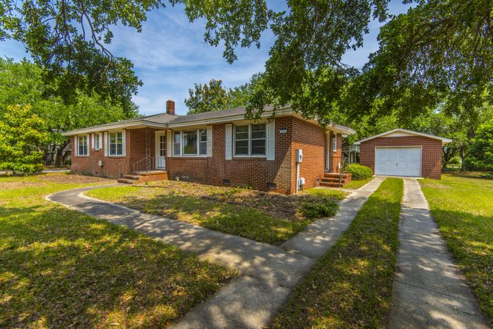 4 Bedroom brick ranch- short walk to the beach and restaurants.