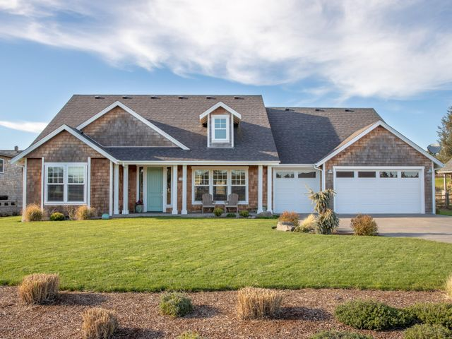 SIngle level living in Gearhart's most desirable subdivision. Newer custom home backs to Highlands Golf Course.