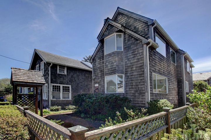 This Cannon Beach bungalow is in an ideal location, steps from the beach and downtown!