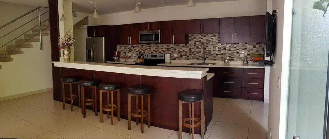 Casa San Jose>Pinares>Curridabat - Venta:335.000 US Dollar - codigo: 20-326