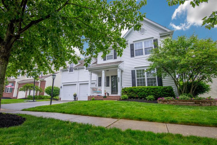 Welcome home! Pride of ownership shows in this 4 (possible 5) bedroom, 2.5 bath home in New Albany Links!