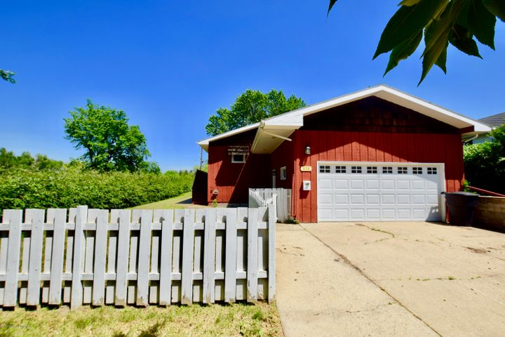 838 2nd Ave. W, Dickinson, ND 58601