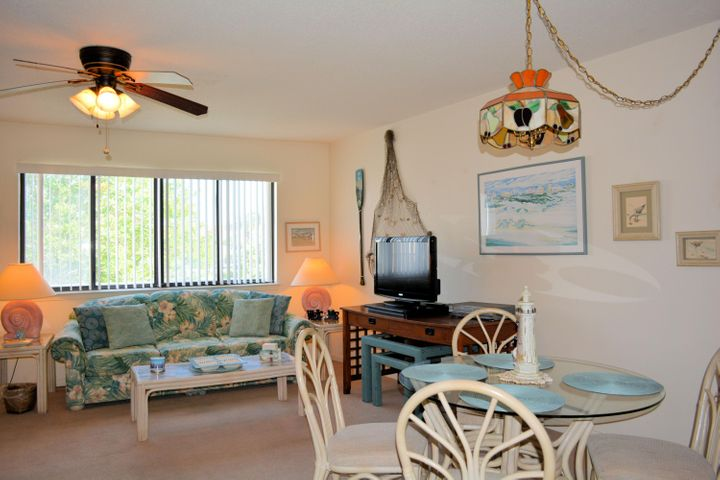 GREAT STUDIO AND COMPLEX IN THE HEART OF SEAGROVE BEACH. UNIT IS AN EASY SHOW AS IT IS NOT ON RENTAL.  UNIT IS IN GOOD SHAPE WITH NEWER APPLIANCES. THIS WOULD MAKE A GREAT RENTAL INVESTMENT OR FOR YOUR OWN PERSONAL BEACH GETAWAY. DEEDED BEACH ACCESS DIRECTLY ACROSS 30A. 1 MILE WALK OR BIKE RIDE TO SEASIDE.