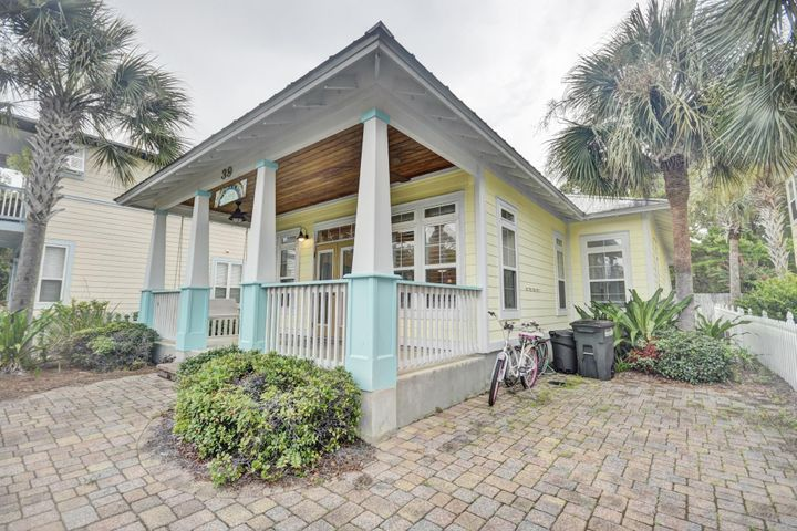 Large covered front porch for enjoying the Gulf breezes