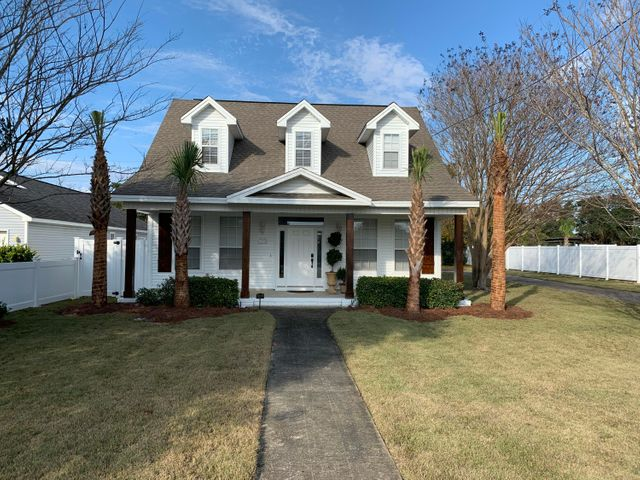 Front of house, huge yard