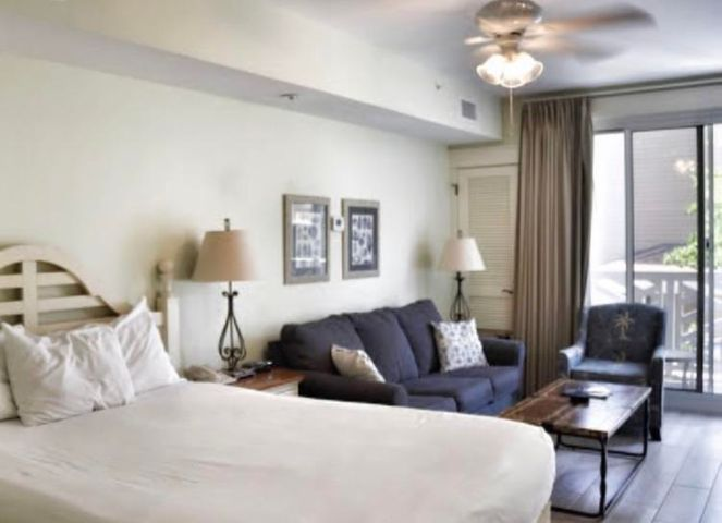This beautiful studio condo is surrounded by an abbundance of amenities. With direct access to the Choctawhatchee bay and fine dining, Baytowne Wharf is a great area.