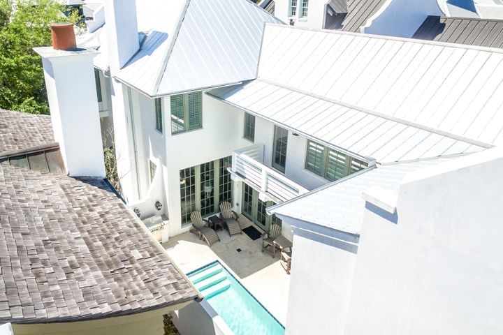43 Johnstown, showing private courtyard and pool.
