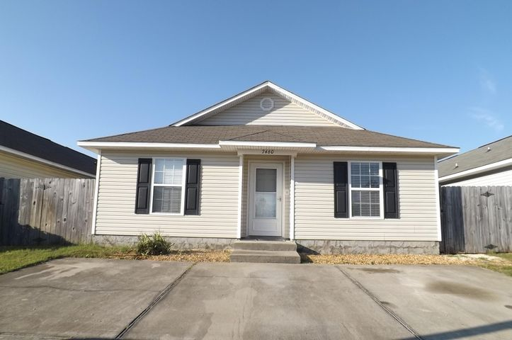 Cute home and convenient to everything. photos maybe similar, but may not be of the exact property. This is a duplex.