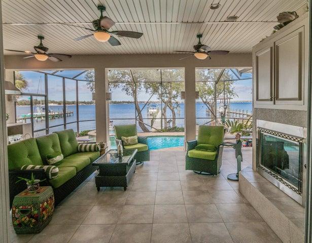 261 NE Yacht Club Drive, Fort Walton Beach, FL 32548