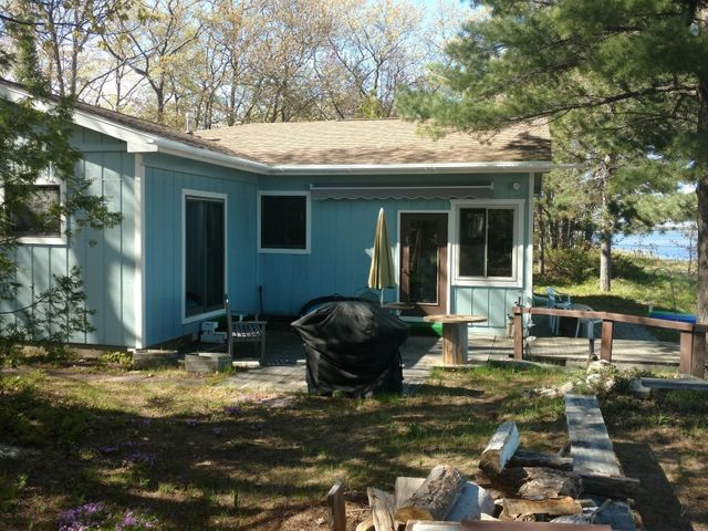Charming 3 bed/2 bath year-round home on Lake Superior's Whitefish Bay