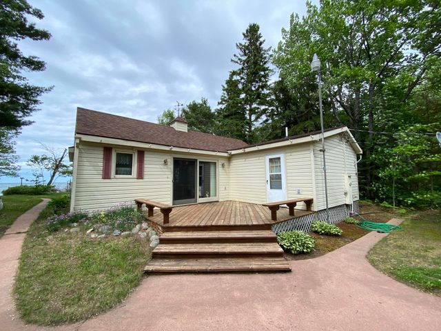 Adorable waterfront cabin on Whitefish Bay near Salt Point