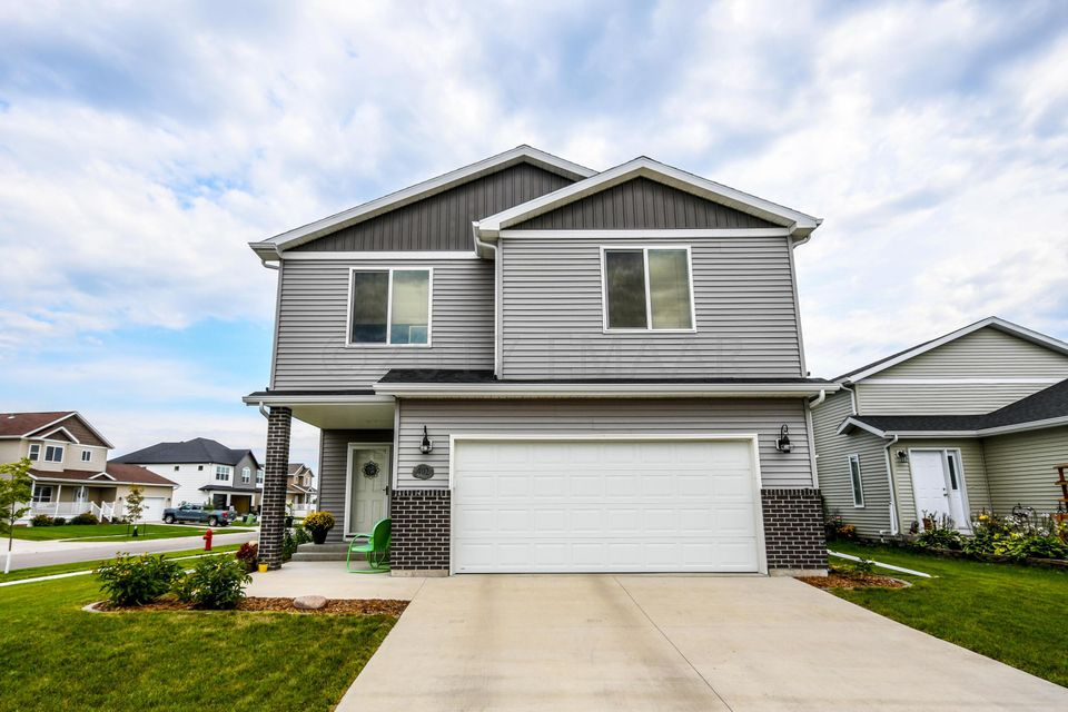 402 E FOXTAIL Drive, West Fargo, ND 58078