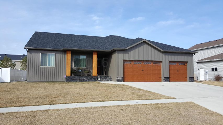 3856 RESERVE Dr E, West Fargo, ND 58078