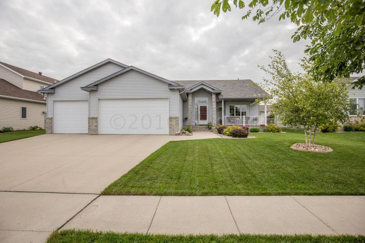 1533 CAMBRIDGE Drive, West Fargo, ND 58078