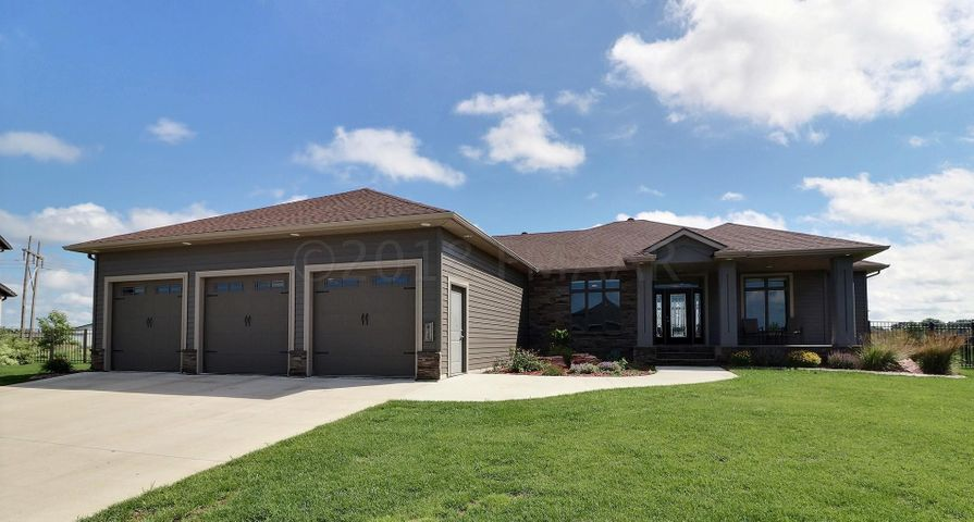 414 PERSIMMON Place W, West Fargo, ND 58078