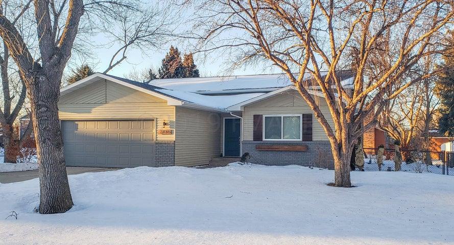 235 PRAIRIEWOOD Drive S, Fargo, ND 58103