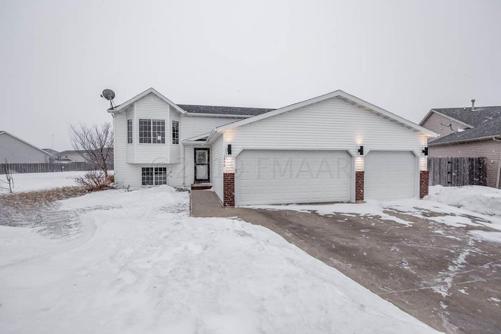 1570 BAYWOOD Drive, West Fargo, ND 58078
