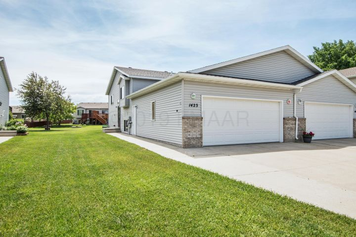 1423 SUNTREE Drive, West Fargo, ND 58078