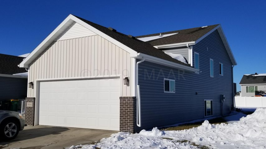 904 EAGLEWOOD Avenue W, West Fargo, ND 58078