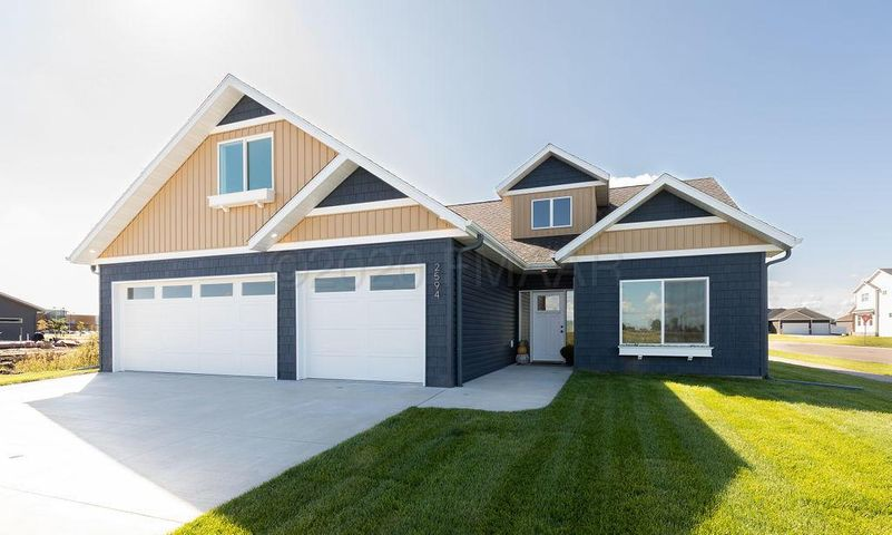 2594 GOLDEN Lane S, Fargo, ND 58104