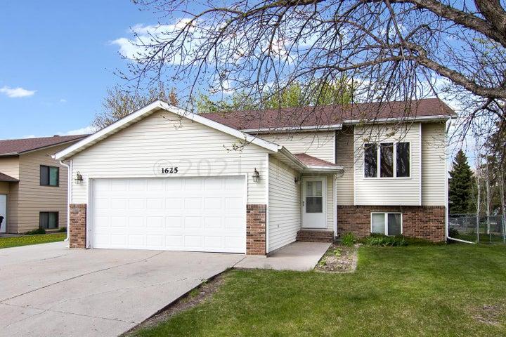 1625 31 Avenue S, Fargo, ND 58103