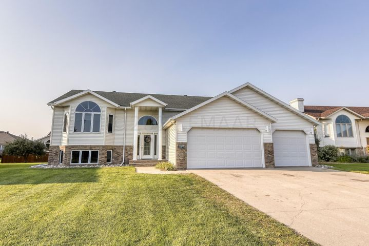2507 PARKVIEW Drive S, Fargo, ND 58103