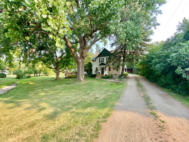 Stately 2 story with XL 3 stall on a huge yard!
