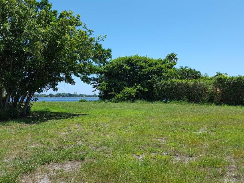 Xxx Embassy Drive, West Palm Beach, FL 33401