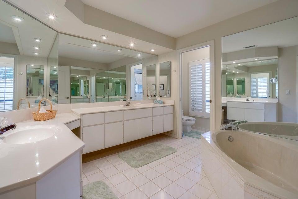13_master-bathroom_210 Thornton Drive_Pr