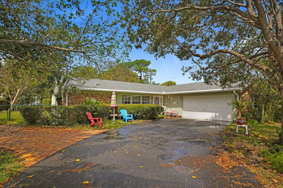 Great opportunity to live in the heart of Jupiter surrounded by waterfront homes. Community day dock with an HOA that is not mandatory. Newer; appliances, hot water heater, A/C. Roof is 5 years old. Room for a pool.