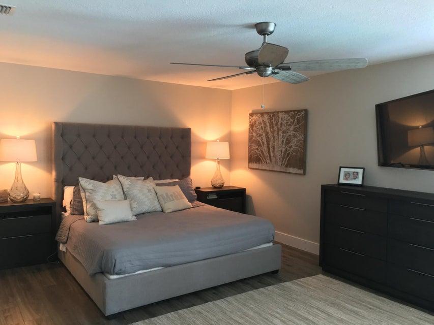 Master Bedroom & Sitting Area-King Bed