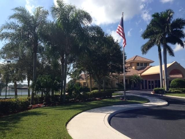 nice pic of clubhouse with flag (2016_03