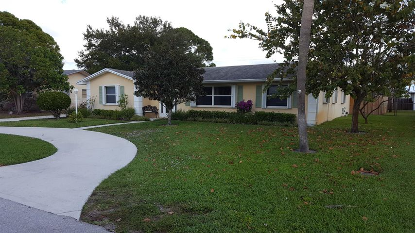 Charming 4 bed, 2 bath pool home in the heart of Palm Beach Gardens