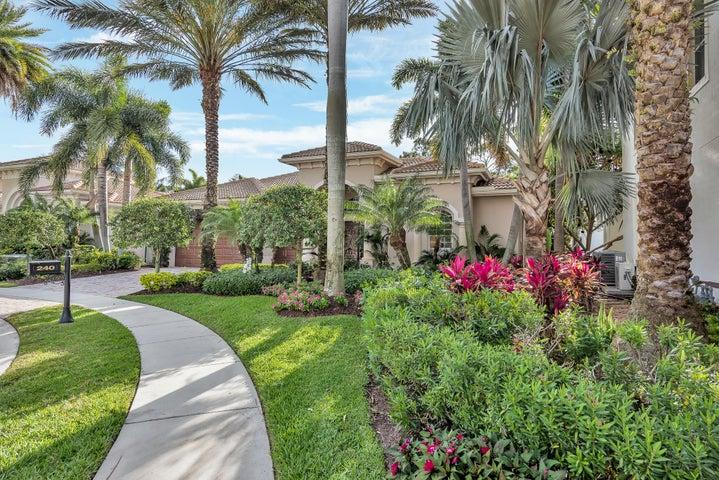 Beautiful Courtyard Home!