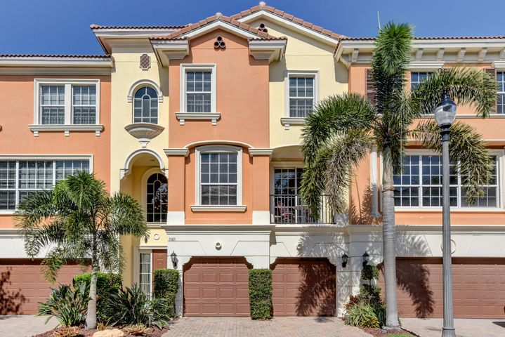East boca town home is minutes to the beach, shopping and dining