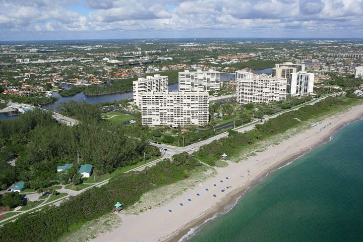 Sea Ranch Club extends from the Atlantic Ocean to the Intracoastal