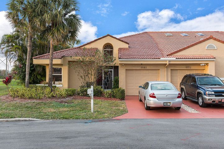 End unit!! Light & bright open concept. Stainless steel appliances in kitchen. Split bedroom floor plan. Large master bedroom with walk-in closet. Enclosed Florida room with a beautiful lake view.