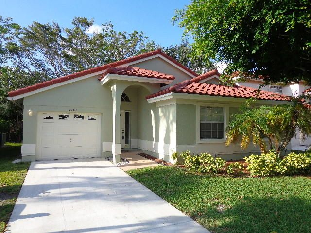 OWNER/AGENT. CLEAN AND READY TO GO. THIS 3BR/2BA/1CG SINGLE FAMILY HOME FEATURES A BRAND NEW ROOF, NEWER S/S KITCHEN APPLIANCES, FRESH PAINT INSIDE AND OUT, TILE IN KITCHEN, BAMBOO FLOORS IN LIVING AREA & MASTER BEDROOM, LAMINATE FLOORS IN THE FRONT BEDROOM (NO CARPET), SPLIT BEDROOM FLOOR PLAN, VAULTED CEILINGS, SCREENED PATIO, FULLY FENCED YARD.  A/C AND WATER HEATER REPLACED IN 2010. BASIC CABLE AND FRONT LAWN CARE INCLUDED IN HOA.