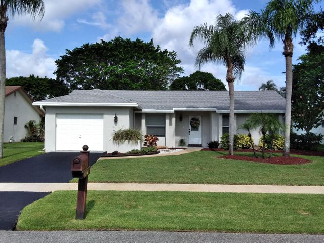 Very well maintained home in the desirable community of Boca Chase. Stainless steel applicances in the updated kitchen. Laminate flooring throughout. Brand new roof in February of 2018! Commnity clubhouse, pool and tennis courts.