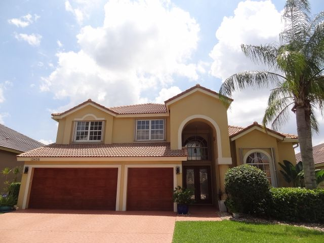 ONE OF A KIND LAKEFRONT 5BR/3BA GRAND VICTORIA MODEL ON ALMOST 10,000 SQ FT FENCED LOT W/SPACIOUS FENCED(5' HIGH)BACKYARD W/COOL EASTERN EXP IN BACK, MANGO,COCONUT,&PAPAYA TREES,SPRINKLER OFF LAKE,NEWER POOL SURFACE AND POOL DECK,REMODELED SS APPLIANCES,WOOD CABS, AND GRANITE KITCHEN,30 CUBIC BUILTIN FRIG,2 YEARS NEW TOTALLY REMODELED FIRST FL MASTER BATHROOM W/RAIN FOREST GLASS SHOWER,STANDALONE TUB,WHITE WOOD CABS W/QUARTZ COUNTERTOPS,NEWER TOTO TOILETS ALL 3 BATHS--NEVER CLOG--3 GOOD SIZE BEDROOMS PLUS LOFT UP,16'6''- 19' CEILINGS IN FOYER,DINING,LIVING,FAMILY ROOMS AND DINING AREA,WELL MAINTAINED BY ORIGINAL OWNERS,FULL HURRICANE PROTECTION WITH ACCORDION SHUTTERS,IMPACT RESISTANT CABANA DOOR AND HURRICANE INSULATED GARAGE DOORS,R 30 + INSULATION IN ATTIC,TINTING,FANTASTIC SCHOOLS,