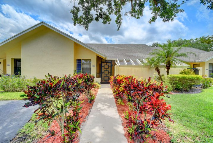 This REMODELED villa on a quiet cul-de-sac features a FLORIDA ROOM w/AC & a SPECTACULAR LAKE VIEW! Kitchen features GORGEOUS NEW CABINETS & spacious breakfast area. The 14x13 master bedroom suite offers TWO LARGE WALK-IN CLOSETS. Living area features elegant chandelier & vaulted ceilings. 2nd bedroom (12x11) & bath, & interior laundry room. Unique tile flooring throughout. Lovely front patio & 2 car parking right in front. Exterior painted in 2016. Active clubhouse, pool, tennis, sauna, fitness room, BBQ area, pier. Assoc says 55+ community. 2 pets welcome up to 20 lbs each. HOA covers exterior paint, lawn, cable, clubhouse, security gate. Active West Boca area w/ lots of shopping, dining, & recreation.