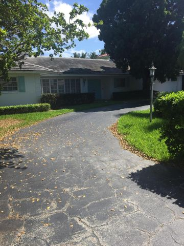 Being sold ''as is'' but house is basically a ''tear down''.  Great opportunity to build your ''dream home'' on the Jack Nicklaus designed golf course.  Buyer must use Bloomfield Construction to build.  Call Bill Hasey to show or for more information (561) 866-6911