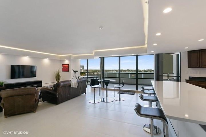 07_100LakeshoreDrive_954_91001_KitchenLi
