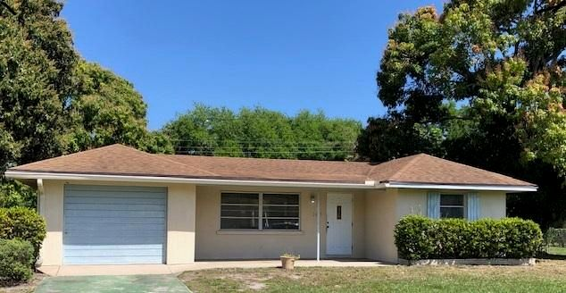Great Location between Donald Ross and PGA. GREAT LOCATION, near shopping, roads, etc. 2BR 1.5 BATH on large lot. just off Prospertiy Farms Rd,