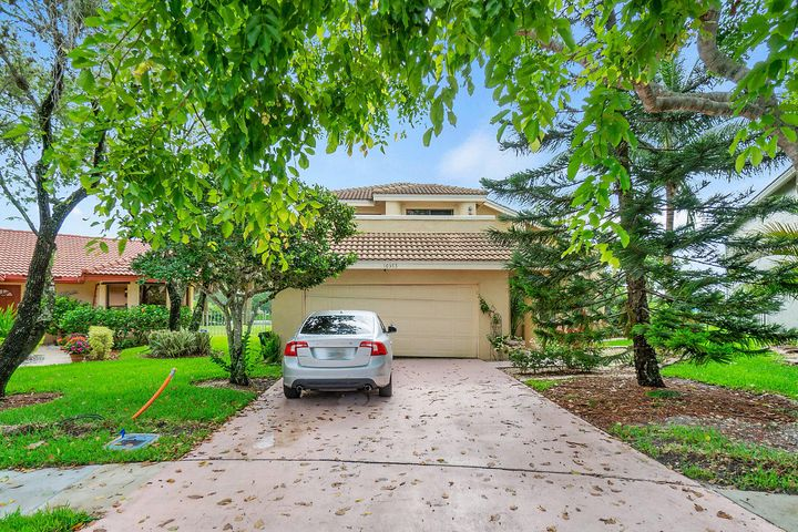MOTIVATED SELLER!  BRING YOUR BEST OFFER!  Newer Roof, 2nd floor flooring, bathroom vanities, freshly painted interior and more!  Located in the desirable community Mission Bay! GORGEOUS Lakefront home that you can enjoy right out of your backyard  pool house! Close to 441, shops, eateries!  PRIME LOCATION!