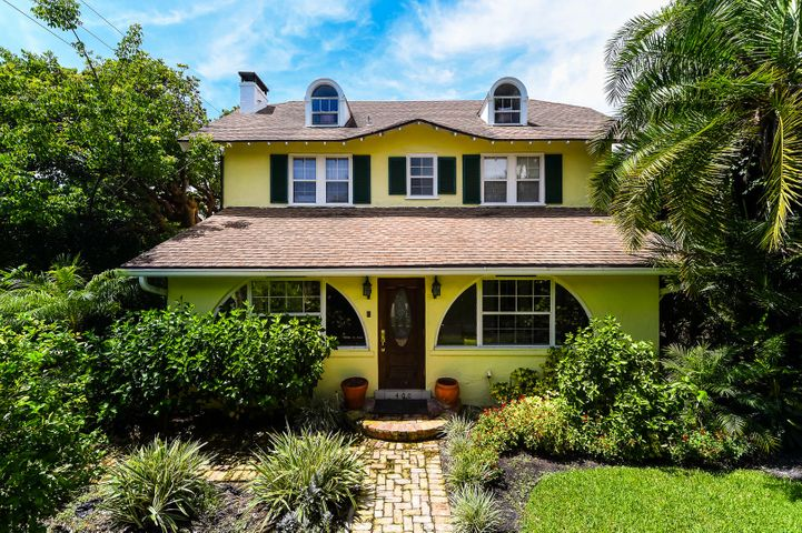 Charming 1920s cottage on the highly desirable lake black of Seaspray Avenue. Lake Trail access, deeded beach access, perfect center of town location.