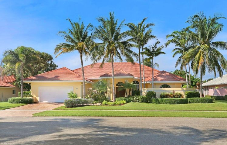 This lovely one story CBS property has over 3,453 sq ft of air conditioned space.  The home includes 4 bedrooms, 3 beautifully updated full bathrooms, and a freeform pool with Gas heated spa.  The large kitchen with two islands opens to the family room and a wood burning fireplace.    This oceanfront community has a deeded walkway directly to Jupiter Beach. Don't miss this great opportunity to live in this very sought after  community in Jupiter Fl.