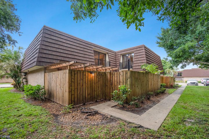 Gorgeous fully renovated unfurnished 3BR/2.5BA open-plan modern industrial townhouse with a private  patio surrounded by a natural setting in the highly sought after community of Garden Lakes.